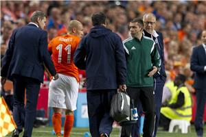 欧预-罗本伤退新帅开门黑 10人荷兰主场0-1负