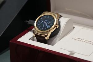 LG发布23K金鳄鱼皮带智能手表:售价1200美元