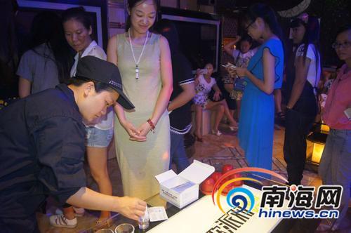警方现场尿检南国都市报记者王渝摄