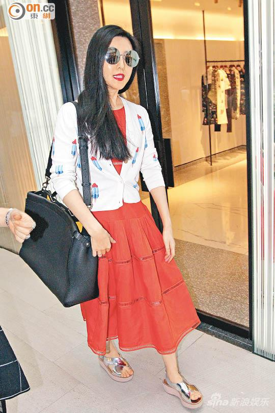 9月3日,范冰冰穿着红裙在中环逛街,心情十分好。