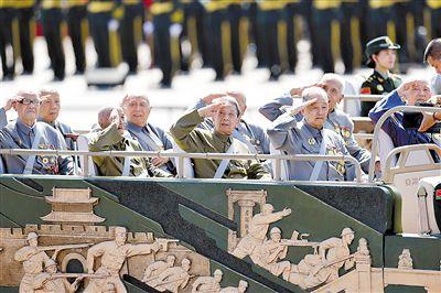 图为昨日,中国人民抗日战争暨世界反法西斯战争胜利70周年纪念大会隆重举行。这是抗战老兵乘车方队。