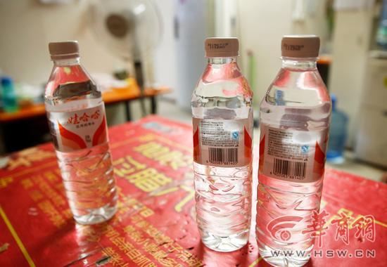 女子买纯净水瓶内装的是酒.图