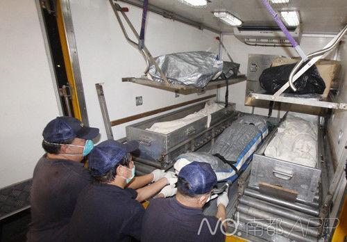 三父子尸体抬往殓房/《大公报》图片