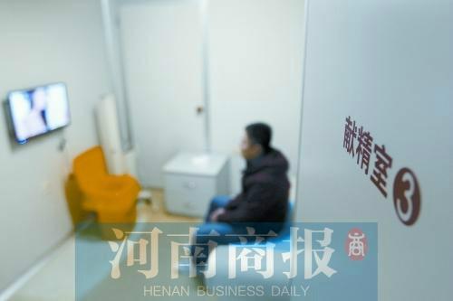 媒体揭秘捐精全过程,献精室挂艺术美女图片。图为精子捐献人韩先生进入献精室等待捐精。(资料图)