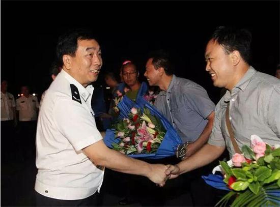 新乡市政府党组成员、市公安局党委书记、局长马义中亲自到车站迎接破案归来的民警。 王敏摄