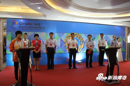 莱西市体育中心主任江世军,青岛凤凰东翔印染有限公司总经理王磊出席