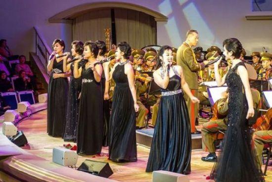 """资料图片:在莫斯科演出的朝鲜""""青峰乐团""""。(图片来源于网络)"""