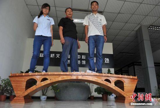 图为该桥能承重3至4个成年人。 中新社发 翟羽佳 摄