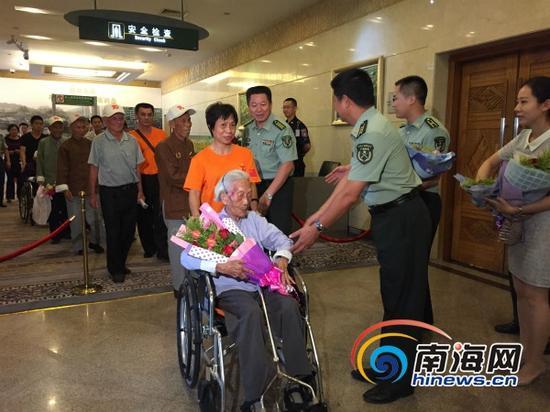 参加阅兵的海南抗战老同志缓缓走出机场(南海网记者高鹏摄)