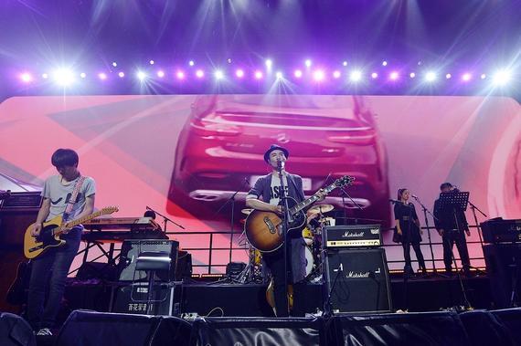 实力派文艺歌手朴树将多首经典作品重新编曲,为GLE运动SUV激情献声,呈现一场专属音乐盛宴