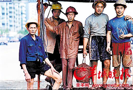 有人说 他们是雕塑 我不相信 他们的血是热的 他们是鲜活的 他们是活生生的人他们是劳作在城市里的农民工