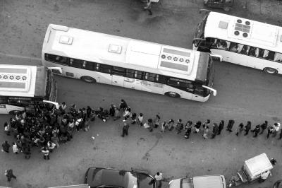 2015年5月23日,清晨5点半,去北京上班的居民正准备乘坐燕郊发往北京的早班车。图/东方IC