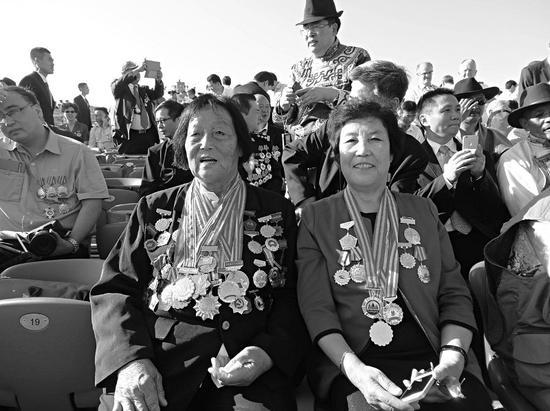 申纪兰(左)和郭凤莲(右)并排坐在观礼台上观礼