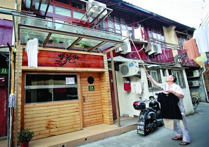 """梦花街馄饨店周围保留着上海老城厢风貌,附近的老屋子仍有""""七十二家房客""""的遗风。"""