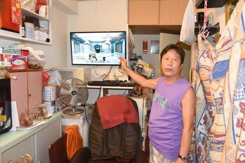 被窃匪抬走报称有80万港元现金夹万的事主一脸无奈。(图:香港《大公报》)