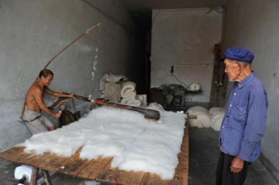 百岁老人杨松云弹了一辈子棉花,如今他的手艺在儿子手里延续。