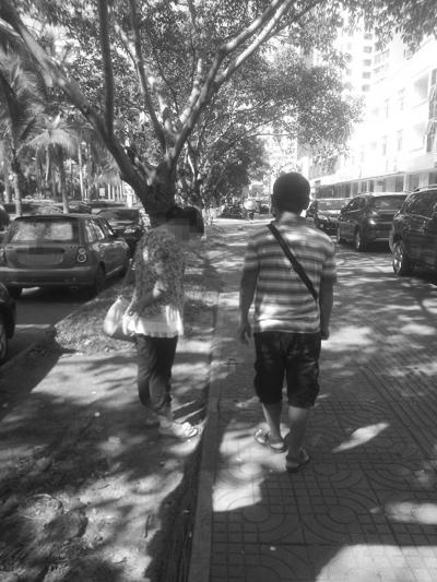 符小海与妻子在寻找父亲