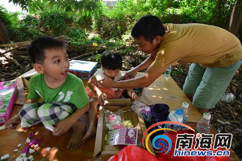 王丹走后,身患残疾的黄海城独自照顾两个孩子和父亲。