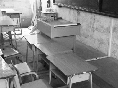 课桌摆到了讲台边上