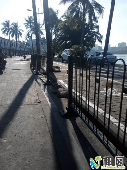 环湖路护栏被开口