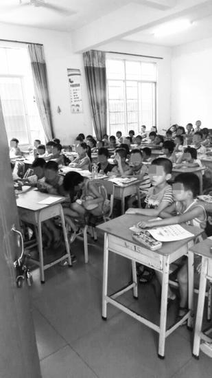 教室里挤满了学生