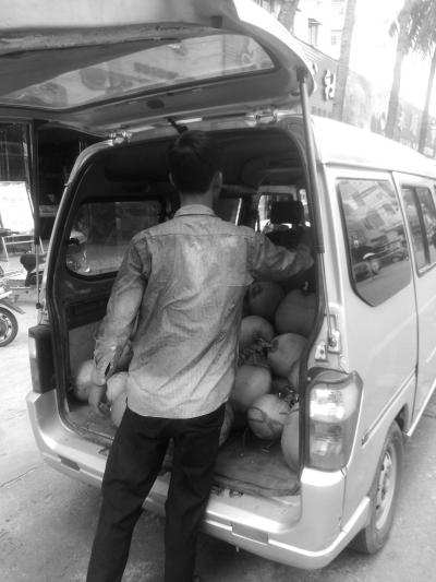男子把椰子装上车