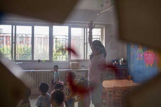 彭晓雯在课上与孩子们互动(9月7日摄)