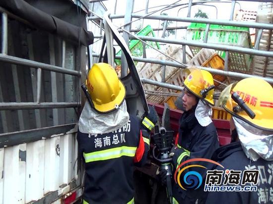 消防官兵在事故现场破拆救人(通讯员林宇摄)