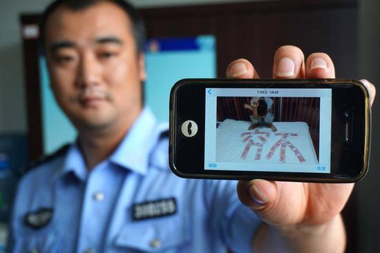 小偷行窃后拍照炫富 照片成警方破案线索