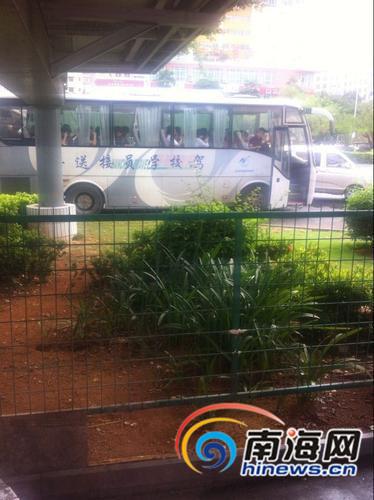 大巴车上坐满了准备前往屯昌考试的学员。