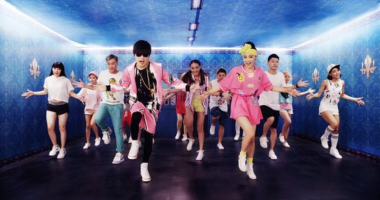 """...玖月奇迹成员王小海、王小玮大秀\""""踩踩舞\"""".舞蹈风格可爱、..."""
