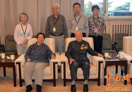 毛主席的女儿李讷(前排左)、女婿王景清(前排右)和毛主席身边工作人员张玉凤(后排左一)、丈夫刘爱民(后排左二)等合影留念。