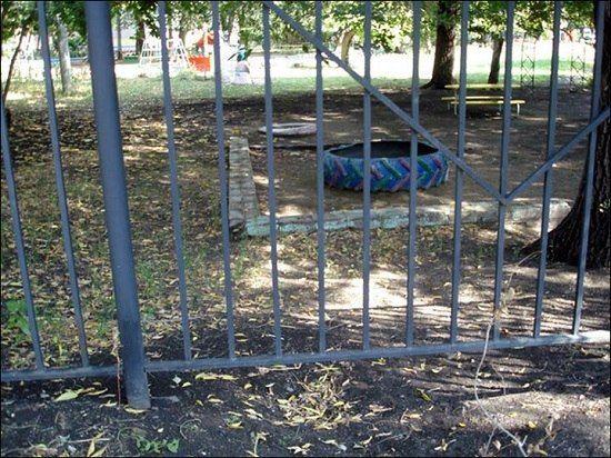 """两个小男孩实施""""越狱""""的场地。"""