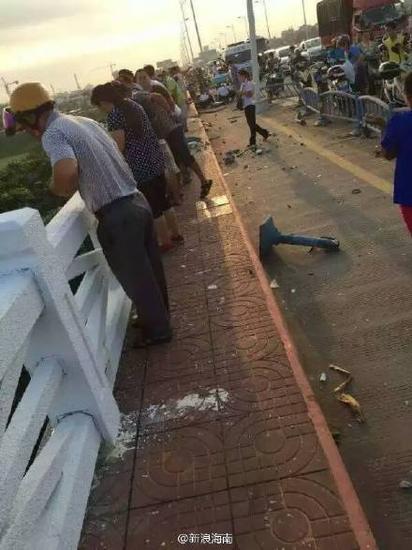 海口琼州大桥车辆掉下桥(网友供图)