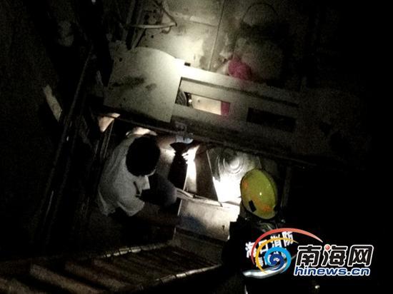 海口消防官兵在事故现场展开救援(通讯员林宇摄)