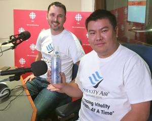 加拿大阿尔伯塔的华裔青年摩西‧林(右)与创业伙伴特洛伊‧帕克特