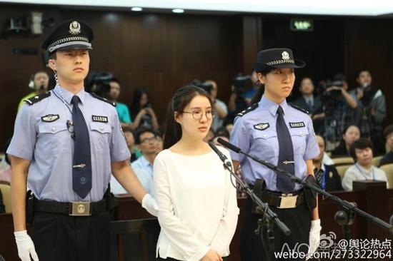 进入法庭后,郭美美是这个样子,她脚上的脚锁按规定已经去掉了,当然,这张图片看不见她的脚。网络图片