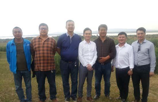 莱德马业总裁郎林(右三)与麒麟马业总裁梁超(右四)首次聚首达成合作意向