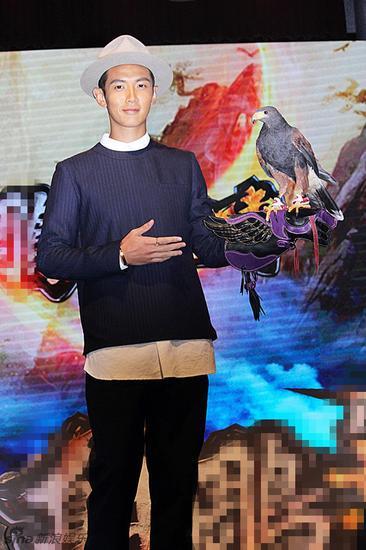 """新浪娱乐讯 柯震东9日在台北出席线上游戏活动,这是他在吸毒风波后的首次商业代言,并在现场发言称""""红了也不要太嚣张,不然会像我一样撞得鼻青脸肿""""。"""
