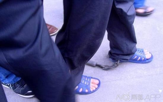 2010年,疑犯胡益华被押送回广东揭阳。当时胡涉嫌杀害4人,其中包括两名交警。网络图片
