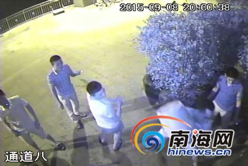 房屋主人方某大门的监控拍到5名男子持水泥块砸门。