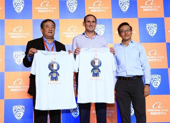 阿里巴巴集团董事局副主席蔡崇信、美国Pac-12主席Larry Scott、中国大学生体育协会秘书长杨立国(从右到左)