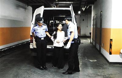 郭美美在开庭前被带下警车。