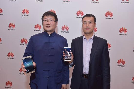 华为消费者业务手机产品线总裁何刚(右)与消费者业务中国区CMO杨柘