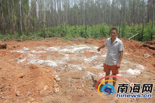 村民带记者查看填埋现场。南国都市报记者刘守波摄