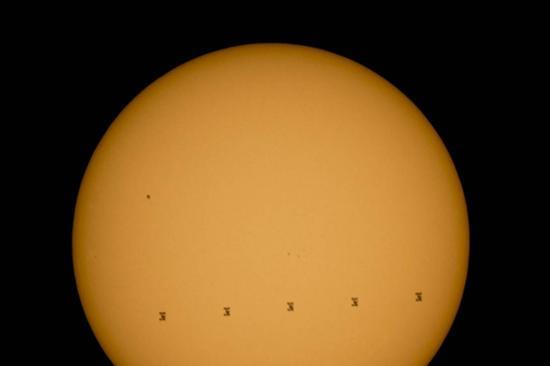这张合成图片显示了2015年9月6日,国际空间站掠过太阳时留下的5个轮廓。原始图片在美国弗吉尼亚州仙纳度国家公园拍摄。