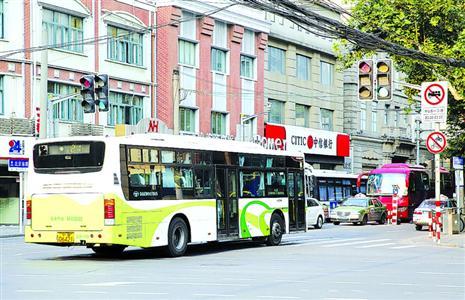 21路公交车在高峰时段承载量太大,转弯时容易出现倾斜问题。