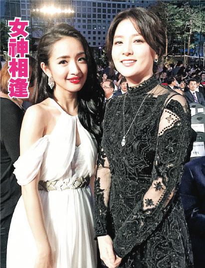 林依晨(左)成功向李英爱(右)邀得合照。(微博图片)