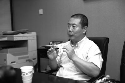 前天,方宏进在与律师商讨追款方案。京华时报记者 谭青 摄