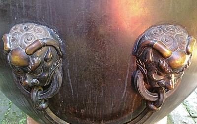 故宫铜缸上被刻出心形图案和名字清晰可见。微博图片